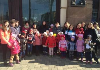 """""""Центр для дітей та сім'ї"""" організував для 40 родин відвідування академічного театру"""